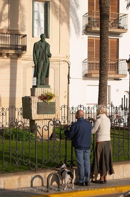 Statue of Santiago Rusinol. An old couple looking. Sitges, Catalonia, Spain