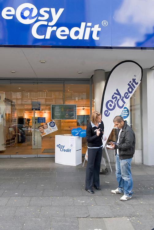 DEU,Deutschland,Nordrhein-Westfalen,Köln, Ortsteil Nippes,  Eine Angestellte der Firma easy credit versucht durch direkte Ansprache Passanten zu werben -     easy credit promotion Germany Cologne  