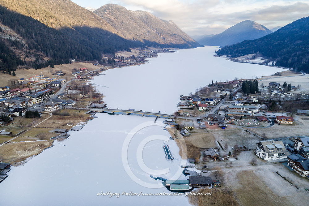 Luftaufnahme vom Weissensee, zugefroren im Winter, Kaernten, Oesterreich / Aerial View from frozen Lake Weissensee in Winter, Carinthia, Austria