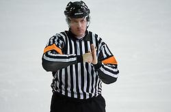 Znak za nabijanje v ograjo. Boarding. Slovenski hokejski sodnik Damir Rakovic predstavlja sodniske znake. Na Bledu, 15. marec 2009. (Photo by Vid Ponikvar / Sportida)