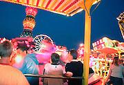 Nederland,B oxmeer, 17-8-2002Jongeren op kermis bij avond. Beweging, kleuren, recreatie, toerismeFoto: Flip Franssen/Hollandse Hoogte