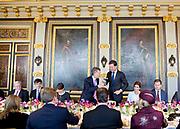 Regeringslunch in de Treveszaal / Government Lunch in Treveszaal<br /> <br /> op de foto / On the photo:  President Mauricio Macri proost met demissionair premier Mark Rutte / President Mauricio Macri cheers with caretaker Prime Minister Mark Rutte