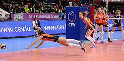 08-01-2016 TUR: European Olympic Qualification Tournament Nederland - Italie, Ankara<br /> De volleybaldames hebben op overtuigende wijze de finale van het olympisch kwalificatietoernooi in Ankara bereikt. Italië werd in de halve finales met 3-0 (25-23, 25-21, 25-19) aan de kant gezet / Anne Buijs #11, Nicole Koolhaas #22
