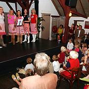 NLD/Huizen/20050608 - Opening expositie over geloof, hoop en Liefde door de mammie's in de Boerderij Huizen