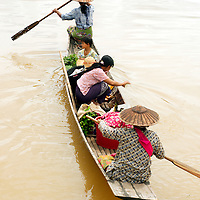 People arriving at Inle lake to sell goods