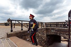 THEMENBILD - ein Offizier mit einer Sprenggranate mit Treibladung. Die One O'Clock Gun (13- Uhr- Kanone) wird jeden Tag um 13:00 Uhr abgefeuert. Früher stellten die Seefahrer ihre Chronometer nach dem Signal. Schottlands Hauptstadt Edinburgh ist die zweitgrößte Stadt Schottlands, Edinburgh Castle, Edinburgh, Schottland, aufgenommen am 16.06.2015 // An officer with an explosive grenade with propellant charge. The One O'Clock Gun is a time signal, fired every day at precisely 13:00, excepting Sunday, Good Friday and Christmas Day at the Edinburgh Castle Scotland on 2015/06/16. EXPA Pictures © 2015, PhotoCredit: EXPA/ JFK