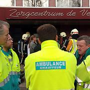 NLD/Naarden/20051222 - Brand in bejaardentehuis de Veste Naarden, overleg ambulances