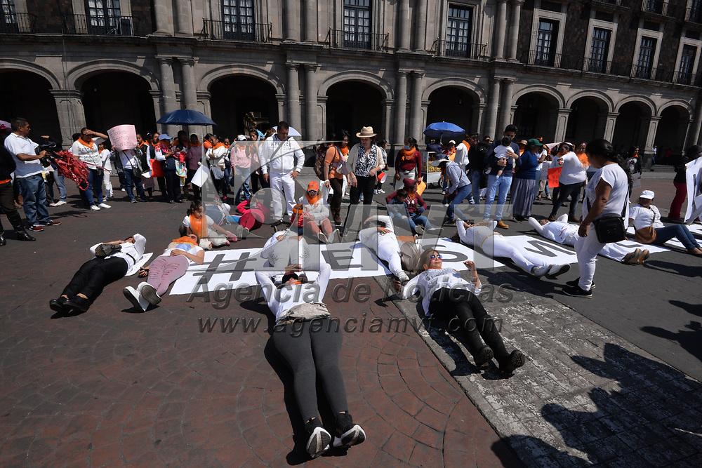 Toluca, México.- (Marzo 08, 2018).- Militantes del Partido de la Revolución Democrática realizaron una clausura simbólica del Palacio de Gobierno en la ciudad de Toluca, para exigir se prevengan, investiguen y sancionen las muertes violentas de mujeres del Estado de México. Agencia MVT / Crisanta Espinosa.