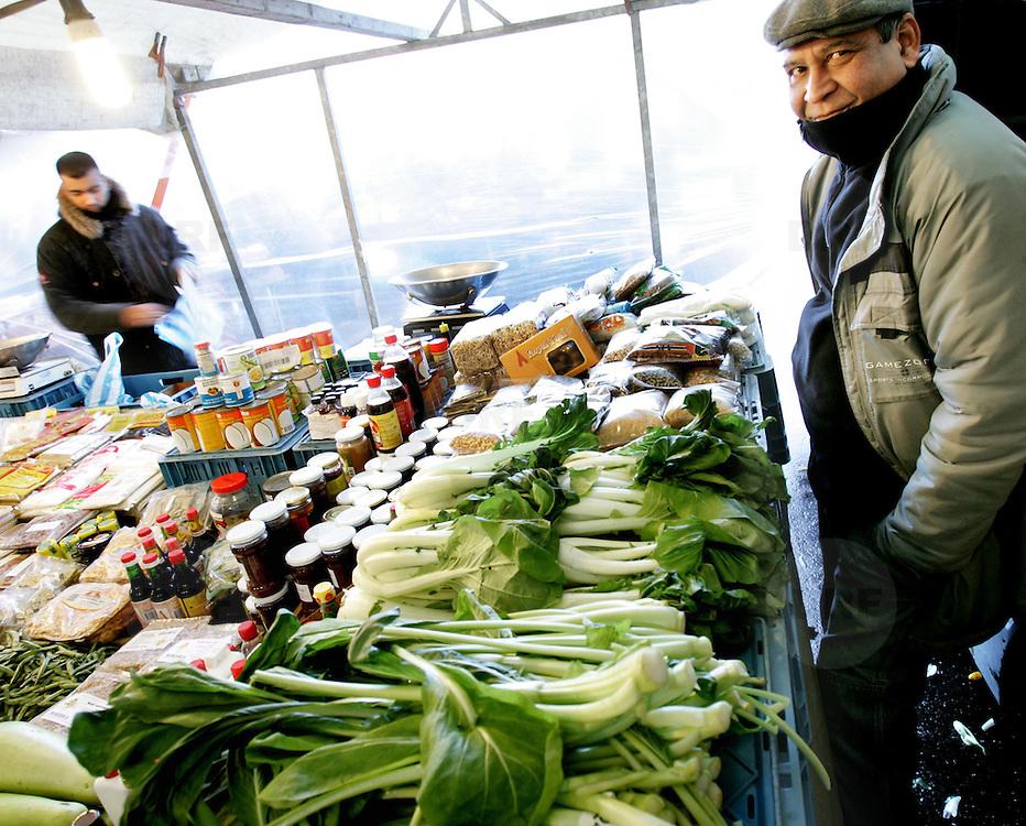 Nederland Rotterdam 16 december 2005 20051216 Foto: David Rozing .Serie achterstandswijk Afrikaanderwijk, koopman op de markt op het Afrikaanderplein  ..Foto David Rozing
