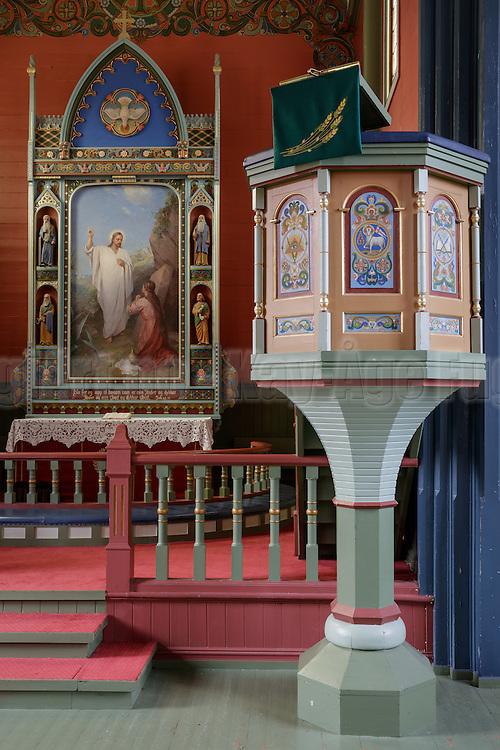 Preikestol sett forfra, med altertavle i bakgrunn.5 Preikestolen fotografert i Indre Herøy Kirke.