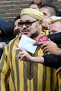 Koning Mohammed VI van Marokko verlaat zijn Hotel, het Waldorf Astoria in Amsterdam nadat hij een aantal dagen heeft doorgebracht in Nederland.<br /> <br /> King Mohammed VI of Morocco leaves his hotel, the Waldorf Astoria in Amsterdam after he has spent in the Netherlands a few days.<br /> <br /> Op de foto / On the photo: <br /> <br />  De koning verlaat het hotel en gaat op de foto met de aanwezige marokanen / The king leave the hotel and go to the picture with the present Moroccan