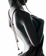 Marrissa photographier de profil en noir et blanc contre une boite à lumière pour créer un beau contre jour photographique.Bijouterie La Maison de la Perle.