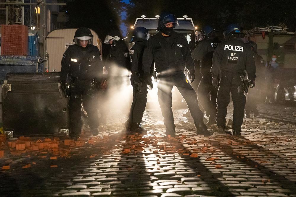 """An die 2000 Menschen protestieren auf der Demonstration """"Raus aus der Defensive"""" gegen die bevorstehenden Zwangsräumungen der Kiezkneipen """"Syndikat"""" und """"Meuterei"""" und von linksalternativen Projekten wie dem Jugendzentrum """"Potse"""" und des anarcha-queerfeministischem Hausprojekt Liebig34. An der Ecke Flughafenstraße/Hermannstraße kommt es zu Auseinandersetzungen mit der Polizei, die Demonstration wird daraufhin aufgelöst. Polizisten räumen eine Barrikade in einer Seitenstrasse.<br /> <br /> [© Christian Mang - Veroeffentlichung nur gg. Honorar (zzgl. MwSt.), Urhebervermerk und Beleg. Nur für redaktionelle Nutzung - Publication only with licence fee payment, copyright notice and voucher copy. For editorial use only - No model release. No property release. Kontakt: mail@christianmang.com.]"""