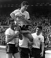 Fotball<br /> England <br /> Foto: Colorsport/Digitalsport<br /> NORWAY ONLY<br /> <br /> JOHNNY HAYNES (ENGLAND CAPTAIN) IS CARRIED SHOULDER HIGH BY HIS TEAM MATES. ENGLAND V SCOTLAND, 15/04/1961