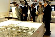 Prinses Máxima opent Archeologiehuis Zuid-Holland.<br /> <br /> Hare Koninklijke Hoogheid Prinses Máxima der Nederlanden opent dinsdagmiddag 23 augustus het Archeologiehuis Zuid-Holland op het terrein van Archeon in Alphen aan den Rijn. Het Romeins Museum Alphen aan den Rijn.<br /> <br /> Archeon biedt een kennismaking met de Nederlandse archeologie en geschiedenis uit drie perioden; prehistorie vanaf de midden steentijd, Romeinse periode en de middeleeuwen.<br /> <br /> Prinses Maxima krijgt  in het door haar geopende Archeologiehuis in Alphen aan den Rijn uitleg bij een apenschedeltje uit de prehistorie door architect Marc van Roosmalen (L). Samen met directeur Jack Veldman (M) van het Archeon en Nico Geerling (R, vereniging vrienden Archeon) maakte zij een rondgang door het Archeologiehuis. <br /> <br /> <br /> Princess Maxima opens Archaeology House South Holland.<br /> <br /> Her Royal Highness Princess Máxima of the Netherlands opens on Tuesday August 23 the House Archaeology South Holland in the field of Archeon in Alphen aan den Rijn. The Roman Museum Alphen aan den Rijn.<br /> <br /> Archeon provides an introduction to Dutch history and archeology of three periods, from prehistory to the middle Stone Age, Roman and medieval period.<br /> <br /> Princess Maxima gets explanation in Archaeology Alphen of a prehistoric apenschedeltje by architect Marc van Roosmalen (L). Together with director Jack Veldman (M) and Nico Geerling Archeon (R Archeon club friends), she made a tour of the House Archaeology.