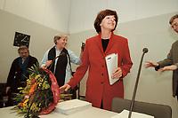 16 JAN 2001, BERLIN/GERMANY:<br /> Ulla Schmidt, SPD, Bundesgesundheitsministerin, mit Blumen ueberreicht anl. ihrer Ernennung zur Bundesministerin, vor Beginn der Fraktionssitzung, Deutscher Bundestag<br /> IMAGE: 20000116-02/01-23