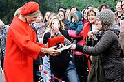 Koningin Máxima  bij de uitreiking van de Kind Centraal award van Stichting Vergeten Kind. De prijs ging dit jaar naar de opvanglocatie Kompaan en De Bocht in Goirle. de award gaat naar een opvanglocatie, initiatief, groep, persoon of fondsenwervende activiteit die zich buitengewoon inzet voor vergeten kinderen.<br /> <br /> <br /> Queen Máxima at the presentation of the Central Child Award Foundation Forgotten Child. The prize this year went to the reception center Kompaan and The Curve in Goirle. The award goes to a reception center, initiative, group, person or fundraising activity that extraordinary commitment to forgotten children.<br /> <br /> op de foto / On the photo: <br /> <br />  Aankomst / Arrival