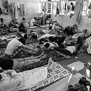 Libye, Misrata le 29-09-11 Prison de Al Wadha. Cette université de Misrata a été transformée en prison pour les partisans de Kadhafi. Plus de 700 civils et militaires y sont enfermés. Tous ont été capturés par les rebelles. Une salle de classe transformée en cellule commune.