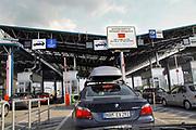 Macedonie, grens, 5-7-2008Auto's met duitse nummerborden bij de grensovergang tussen Servie, Servië en Macedonië. Het zijn Turken die de vakantiemaanden in Turkije doorbrengen.Foto: Flip Franssen/Hollandse Hoogte