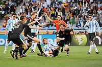Fotball<br /> VM 2010<br /> Tyskland v Argentina<br /> 03.07.2010<br /> Foto: Witters/Digitalsport<br /> NORWAY ONLY<br /> <br /> 3:0 Jubel Torschuetze Arne Friedrich, am Boden Gabriel Heinze (Argentinien), links Thomas Mueller, Miroslav Klose, Per Mertesacker<br /> Fussball WM 2010 in Suedafrika, Viertelfinale Argentinien - Deutschland