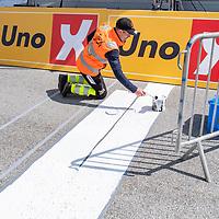 Siste strøket med maling på mållinja før rytterne inntar Mandal under Tour of Norways sykkelritt etappe 2: Kvinesdal - Mandal.