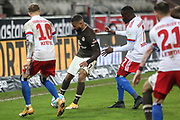 Fussball: 2. Bundesliga, FC St. Pauli - Hamburger SV, Hamburg, 01.03.2021<br /> Daniel-Kofi Kyereh (Pauli, M.) - Sonny (l.) und Khaled Narey (beide HSV)<br /> © Torsten Helmke