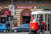"""Die Kneipe """"Kotva"""" (Anker) an der Ecke der Lazarska/Spalena Strasse in der Prager Innenstadt."""