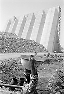 MALI. Manantali. 24/01/1986. Child bringing food for his father working on the Diama dam. Destined to regulate the flow of the Senegal stream.