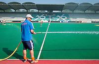 ROTTERDAM - HOCKEY - Bondscoach Max Caldas spoeit het veld voor de Oefenwedstrijd tussen de vrouwen van Nederland en Duitsland (10-2) ter voorbereiding voor de HWL, volgende week. COPYRIGHT KOEN SUYK