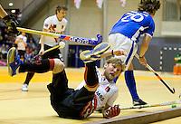 ROTTERDAM - Robert Tigges van Amsterdam wordt gepasseerd door Bram Weers van Kampong, tijdens de  finale zaalhockey om het Nederlands kampioenschap tussen de  mannen van Amsterdam en Kampong. Kampong wint met 3-2. ANP KOEN SUYK