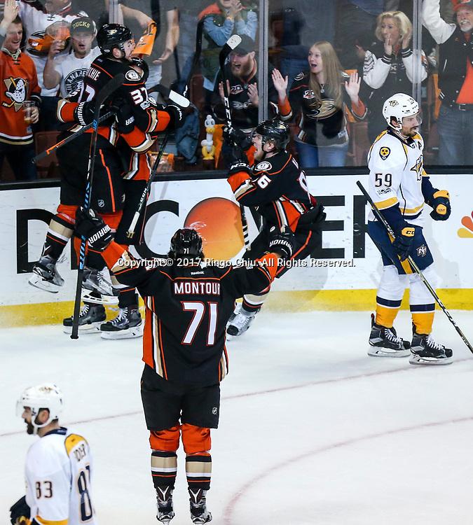 新华社照片,洛杉矶,2017年5月14日 <br />  (体育)(2)冰球——NHL季后赛西部决赛:阿纳海姆鸭队胜纳什维尔捕食者队<br />  5月14日, 阿纳海姆鸭队球员庆祝得分。 <br />  当日,在美国加利福尼亚州的阿纳海姆举行的2016-2017赛季NHL季后赛西部决赛第二场比赛中,阿纳海姆鸭队主场以5比3战胜纳什维尔捕食者队。 <br />  新华社发(赵汉荣摄)(Photo by Ringo Chiu/PHOTOFORMULA.com)<br /> <br /> Usage Notes: This content is intended for editorial use only. For other uses, additional clearances may be required.