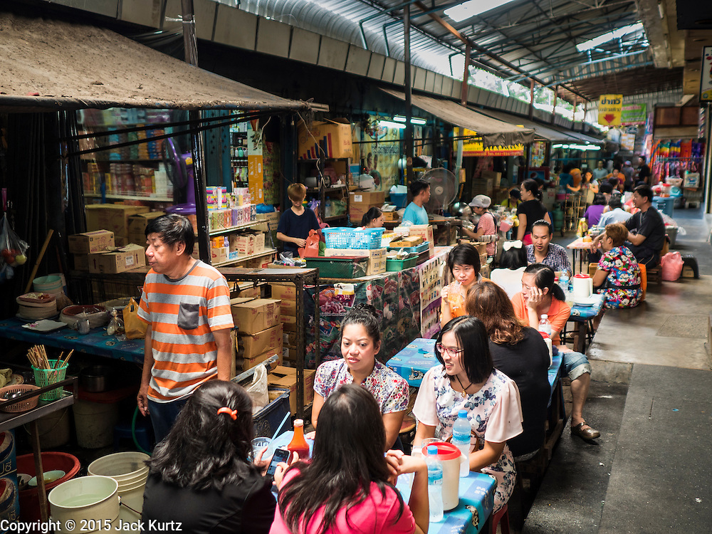29 SEPTEMBER 2015 - BANGKOK, THAILAND:  People eat at the street food stalls near Saphan Lek market. Street vendors and illegal market vendors in the Saphan Lek area will be removed in the next two weeks as a part of an urban renewal project coordinated by the Bangkok Metropolitan Administration. About 500 vendors along Damrongsathit Bridge, popularly known as Saphan Lek, have 15 days to relocate. Vendors who don't move will be evicted. Saphan Lek is just one of several markets and street vending areas being closed in Bangkok this year. The market is known for toy and replica guns, bootleg and pirated DVDs and CDs and electronic toys.   PHOTO BY JACK KURTZ