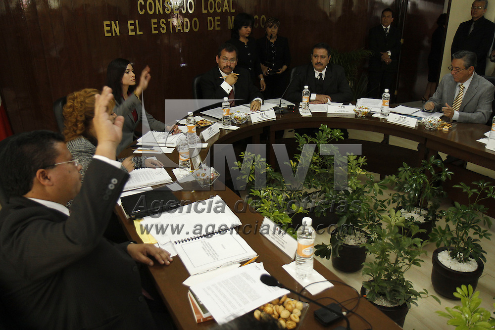 Toluca, México.-  Para iniciar formalmente el proceso electoral federal 2012, la junta local del Instituto Federal Electoral se instaló este martes, con un llamado a partidos y ciudadanos a desterrar el enfrentamiento y la violencia para construir más democracia. Agencia MVT / Crisanta Espinosa. (DIGITAL)
