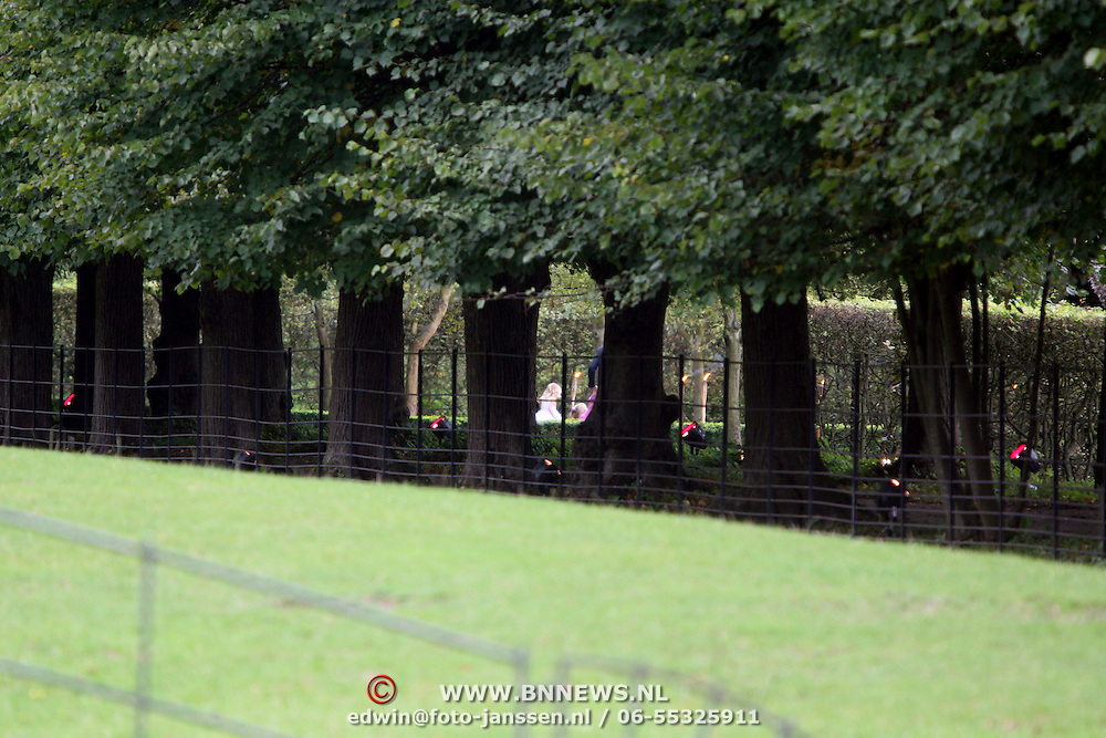 NLD/Overveen/20070921 - Huwelijk Ruud de Wild en Aafke Burggraaff, dochter Troy Travis speelt in de tuin