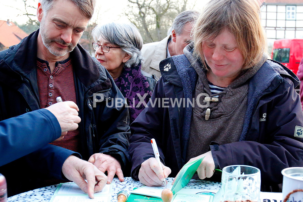 40 Jahre Gorleben, das heißt auch 40 Jahre Bürgerinitiative Umweltschutz Lüchow-Dannenberg e.V. – am 2. März 1977 wurde die BI in das Vereinsregister eingetragen. <br /> Dies nahm die BI zum Anlass, am 25.03.2017 zur Jubiläumsfeier in die Trebelner Bauernstuben  einzuladen. <br /> <br /> Ort: Trebel<br /> Copyright: Karin Behr<br /> Quelle: PubliXviewinG