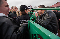 15.10.203 Bohoniki (woj podlaskie) Polscy Tatarzy rozpoczeli swieto Kurban Bajram (Swieto Ofiarowania) jedno z najwazniejszych swiat muzulmanskich. W Bohonikach doszlo do przepychanki z obroncami praw zwierzat N/z przepychanka z obroncami praw zwierzat przed wejsciem na posesje, gdzie mial sie odbyc uboj ryrualny fot Michal Kosc / AGENCJA WSCHOD