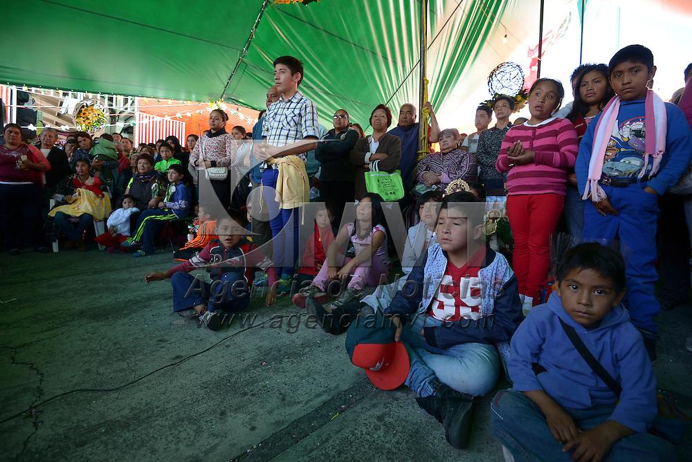 Toluca, México (Octubre 28, 2016).- Comerciantes del Mercado 16 de Septiembre en  Toluca festejaron en grande a San Judas Tadeo, realizando una misa en la explanada del mercado, regalando imágenes del santo y después amenizarían la fiesta con mole y arroz, siendo el padrino José Cruz Medina.  Agencia MVT / Crisanta Espinosa