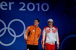 14-02-2010 ALGEMEEN: OLYMPISCHE SPELEN: CEREMONIE: VANCOUVER<br /> Sven Kramer tijdens de huldiging van de 5000 mete en rechts Ivan Skobrev RUS <br /> ©2010-WWW.FOTOHOOGENDOORN.NL