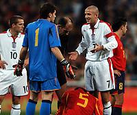Fotball<br /> Privatlandskamp<br /> Spania v England<br /> 17. november 2004<br /> Foto: Digitalsport<br /> NORWAY ONLY<br /> David Beckham and Iker Casillas shrug their shoulders after another hefty challenge from Wayne Rooney