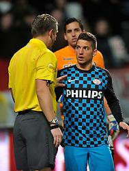 22-01-2012 VOETBAL: FC UTRECHT - PSV: UTRECHT<br /> Utrecht speelt gelijk tegen PSV 1-1 / (L-R) Scheidsrechter Liesveld, Dries Mertens<br /> ©2012-FotoHoogendoorn.nl
