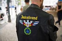 DEU, Deutschland, Germany, Berlin, 28.06.2017: Ein Demonstrant mit der Aufschrift Judenfreund auf seiner Lederjacke bei einer gemeinsamen Kundgebung von Juden und Exiliranern gegen den Besuch des iranischen Aussenministers Javad Zarif.