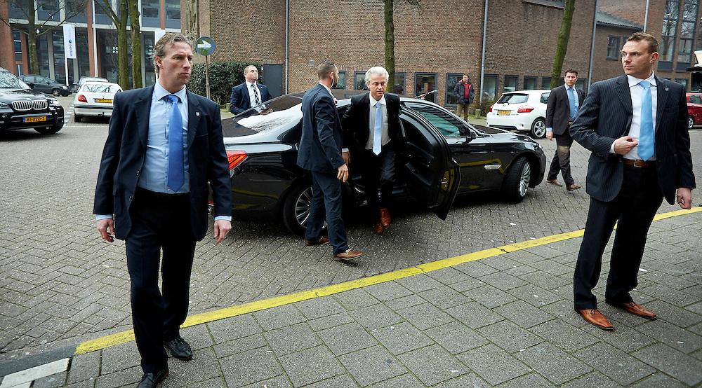 Den Haag, 14 maart 2014.<br /> Geert Wilders doet boodschappen in winkelcentrum Lohmanplein. voor een oudere vrouw in het kader van de boodschappen-begeleidingsdienst. De PVV-leider voert hiermee campagne voor de aankomende gemeenteraadsverkiezingen<br /> ANP COPYRIGHT MARTIJN BEEKMAN