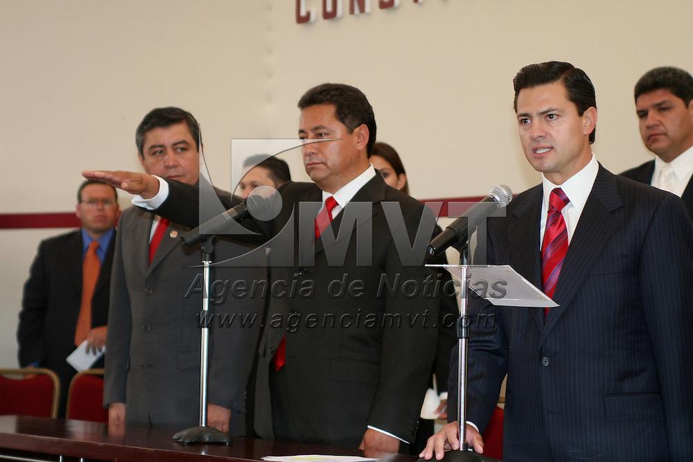 Ocoyoacac, Mex.- Enrique peña Nieto, gobernador del Estado de Mexico, toma protesta al alcalde electo de Ocoyoacac, Santiago Rivera quien resultara ganador de las elecciones extraordinarias en el municipio. Agencia MVT / Mario Vazquez de la Torre. (DIGITAL)<br /> <br /> <br /> <br /> <br /> <br /> <br /> <br /> NO ARCHIVAR - NO ARCHIVE