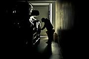 En el garaje, junto a la camioneta de su madre, indicando que quiere salir a pasear.