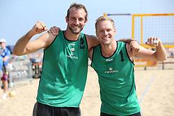 20160724 NED: NK Beachvolleybal 2016, Scheveningen <br />Jasper Niewold en Michiel Boudewijn plaatsen zich voor de halve finale.<br />©2016-FotoHoogendoorn.nl / Pim Waslander