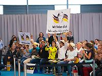 DEU, Deutschland, Germany, Schwerin, 19.09.2017: Wahlveranstaltung der CDU mit Bundeskanzlerin Dr. Angela Merkel in einer Tennishalle. Flüchtlinge aus Syrien bedanken sich mit ihrem Schild bei der Kanzlerin: Wir lieben dich. Wir wollen lernen, arbeiten und leben.