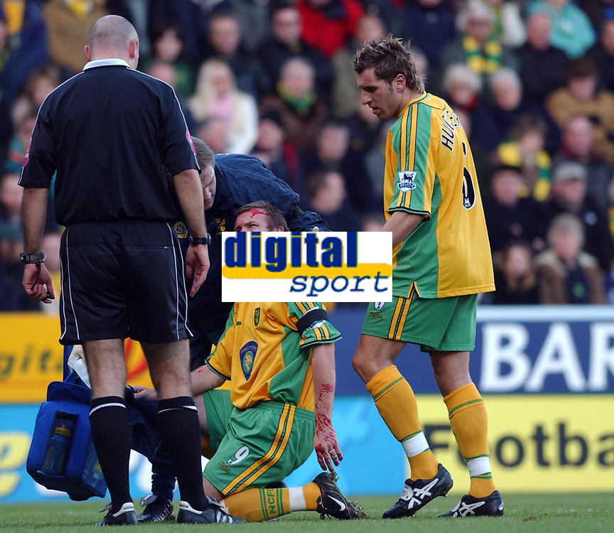 Fotball<br /> Premier League England 2004/2005<br /> Foto: SBI/Digitalsport<br /> NORWAY ONLY<br /> <br /> 03.01.2005<br /> <br /> Norwich City v Liverpool<br /> <br /> Norwich's Mattias Jonson has to leave the field to recieve treatment after sustaining an early head injury