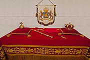 De regalia of rijksinsigniën zijn heraldische tekenen van de rang van de Koning en het Koninkrijk der Nederlanden: kroon, scepter, rijksappel, rijkszwaard en rijksbanier. De regalia liggen tijdens de inhuldiging in de Nieuwe Kerk op de zogenaamde credenstafel, of ze worden meegedragen in de stoet en vastgehouden door twee personen ter weerszijden op het podium in de Nieuwe Kerk. De regalia die bij de inhuldiging op 30 april aanstaande gebruikt worden, zijn vervaardigd in 1840. In dat jaar gaf Koning Willem II opdracht nieuwe regalia te maken voor zijn inhuldiging. Sindsdien zijn ze bij elke inhuldiging gebruikt: in 1849, 1898, 1948 en 1980.<br /> <br /> Dit is een gelegenheidscompositie. Op 30 april liggen kroon, scepter en rijksappel op de credenstafel, naast de Grondwet en -nu voor het eerst- het Statuut voor het Koninkrijk der Nederlanden. Het rijkszwaard en de rijksbanier liggen daar dan niet bij.<br /> © Koninklijk Huisarchief<br /> <br /> The regalia or rijksinsigniën his heraldic signs of the rank of the King and the Kingdom of the Netherlands: crown, scepter, orb, sword of state and empire banner. The regalia lie during the inauguration of the New Church on the so-called credence, whether they are carried in the procession and held by two people on either side of the stage in the New Church. The regalia that at the inauguration on 30 April next used, manufactured in 1840. In that year, King William II commissioned new regalia to his inauguration. Since then they have every inauguration used: in 1849, 1898, 1948 and 1980.<br /> <br /> This is an opportunity composition. On April 30 lie crown, scepter and orb on the credence, in addition to the Constitution and for the first time, the Charter for the Kingdom of the Netherlands. The sword of state and empire banner be there than not.<br /> © Royal Archives,