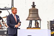 Koning Willem-Alexander luidt de belboei bij de viering van 75 jaar vrijheid in Terneuzen, en geeft daarmee het startsein voor de vieringen van 75 jaar vrijheid in Nederland