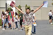Nederland, Boxmeer, 11-6-2015leerlingen van het Elzendaalcollege hebben zojuist hun voorlopige cijferlijst, eindlijst, ontvangen, en vieren dat het eindexamen is gehaald. Ze hebben een vlag met het opschrift geslaagd gekregen.Deze week hebben scholieren van het voortgezet onderwijs de uitslag van hun eindexamen gekregen. Bij veel geslaagden gaat traditioneel de vlag uit, met de schooltas aan het einde van de stok.Foto: Flip Franssen/Hollandse Hoogte